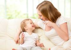 Мать и дочь чистя их зубы щеткой Стоковые Изображения
