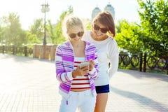Мать и предназначенный для подростков портрет дочери лето предпосылки Стоковые Фотографии RF