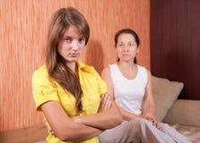 Мать и предназначенная для подростков дочь имея ссору Стоковая Фотография RF