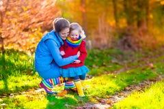Мать и ребенок в парке осени Стоковая Фотография