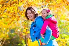 Мать и ребенок в парке осени Стоковое Фото