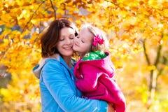Мать и ребенок в парке осени Стоковые Изображения RF