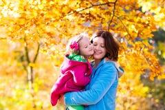 Мать и ребенок в парке осени Стоковые Изображения