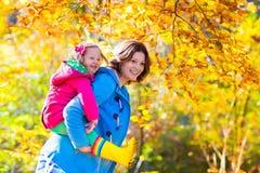 Мать и ребенок в парке осени Стоковые Фотографии RF