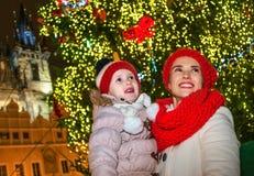 Мать и ребенок в рождестве Праге смотря в расстояние стоковое изображение rf