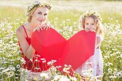Мать и ребенок держат красное сердце Стоковое фото RF