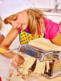 Мать и ребенок делая домодельные макаронные изделия Стоковые Фото