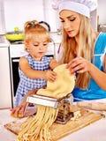 Мать и ребенок делая домодельные макаронные изделия Стоковое Изображение