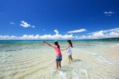Мать и ребенок играя на пляже стоковое изображение rf