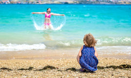 Мать и ребенок имея потеху на пляже Стоковое Изображение RF