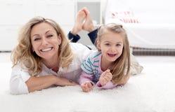 Мать и ребенок имея потеху Стоковые Изображения