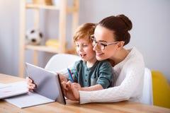 Мать и ребенок используя таблетку Стоковые Фото