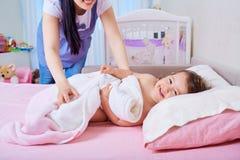 Мать и ребенок идут положить в постель семья счастливая Стоковые Фото