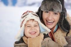 Мать и ребенок на зиме Стоковое Фото
