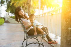Мать и ребенок на каникулах стоковое изображение