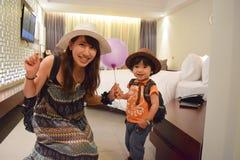 мать и ребенок на расслабляющем гостиничном номере Стоковая Фотография
