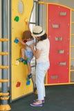 Мать и ребенок на спортивной площадке Стоковые Изображения RF