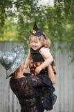 Мать и ребенок одетые как ведьмы Стоковые Изображения RF