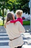 Мать и ребенок пересекая дорогу Стоковые Изображения RF