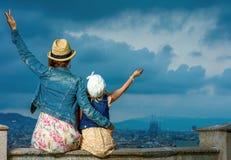 Мать и ребенок против городского пейзажа ликования Барселоны стоковая фотография