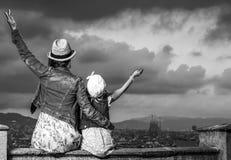 Мать и ребенок против городского пейзажа ликования Барселоны стоковые изображения rf