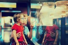 Мать и ребенок смотря старые amphores стоковые фото