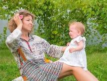 Мать и ребенок Счастливая концепция воспитания Счастливая предпосылка детства стоковые фотографии rf