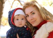 Мать и ребёнок играя в парке осени стоковое изображение rf