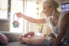 Мать и ребёнок играя с игрушкой стоковое фото
