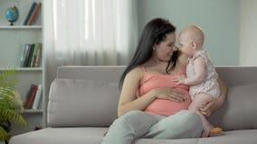Мать и ребёнок нюхая нежно с улыбками на сторонах, сладостным материнством акции видеоматериалы