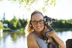 Мать и собака на летний день пристани теплый имея полезного время работы стоковая фотография