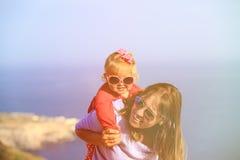 Мать и счастливая маленькая дочь играют на небе Стоковое Изображение