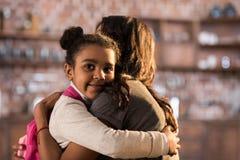 Мать и счастливая дочь обнимая один другого Стоковые Фотографии RF