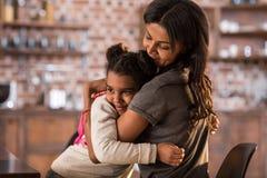 Мать и счастливая дочь обнимая один другого Стоковое Изображение