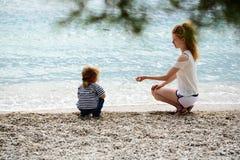 Мать и сынок на пляже Стоковая Фотография RF