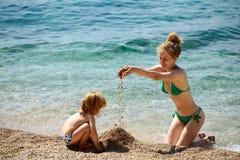 Мать и сынок на пляже Стоковое Изображение