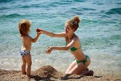 Мать и сынок на пляже Стоковое фото RF