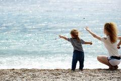 Мать и сынок на пляже Стоковые Фото