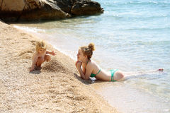 Мать и сынок на пляже Стоковое Фото