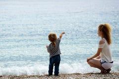 Мать и сынок на пляже Стоковая Фотография