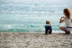 Мать и сынок на пляже Стоковые Фотографии RF