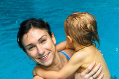 Мать и сын в бассейне стоковая фотография rf