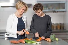 Мать и сын в кухне Стоковое Изображение