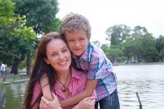 Мать и сын в парке стоковые фотографии rf