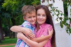 Мать и сын в парке стоковое изображение