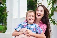 Мать и сын в парке стоковое фото