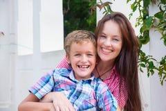 Мать и сын в парке стоковое изображение rf