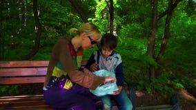 Мать и сын есть shashlyk мяса в природе на открытом воздухе акции видеоматериалы