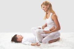Мать и сын делают йогу стоковые изображения