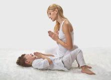 Мать и сын делают йогу стоковое изображение rf